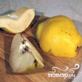 2.В зависимости от  размера плода, вымытую айву режем на шесть-восемь частей. Очистить дольки от семечек и перегородок.