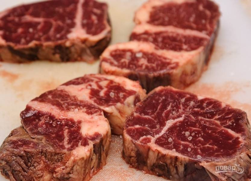 2.Посолите и поперчите мясо с двух сторон.