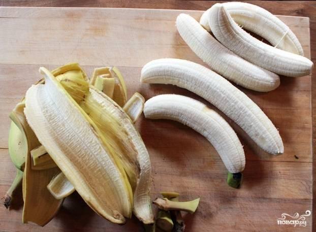 2. Аккуратно срежьте хвостики и очистите бананы от кожуры.