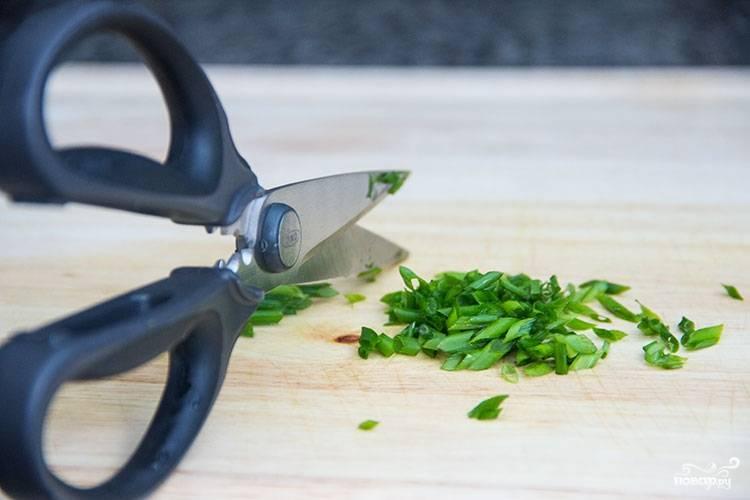 5. Вымойте, обсушите и измельчите зелень. В данном случае это лук, но подойдет также петрушка или укроп, например.