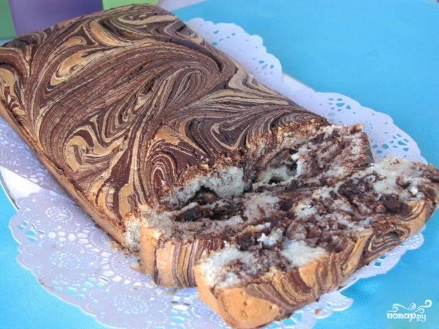 Поставьте в духовку кекс, предварительно разогрев ее до ста восьмидесяти градусов. Выпекайте его около получаса. На готовность проверяйте тонкой деревянной палочкой. Готовый кекс остудите и разрежьте на порции.