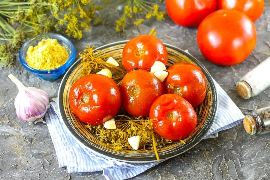Выложите квашеные помидоры на тарелку и попробуйте на вкус. Храните закуску в рассоле, в холодильнике, погребе или подвале.