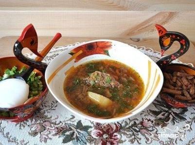 Подаем к столу русские щи с ржаными сухариками и еще одним блюдом — солеными грибами с луком и сметаной. Такая традиция :)
