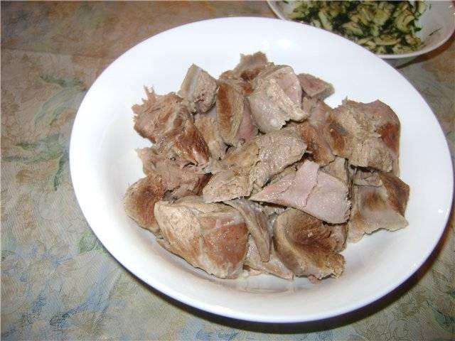 Мясо достаем из бульона, нарезаем на кусочки.