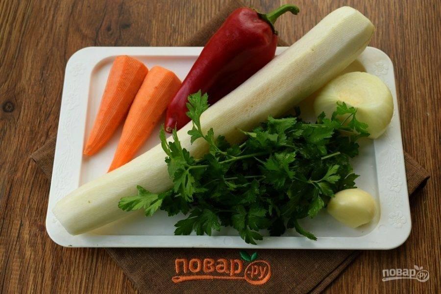 Овощи и зелень вымойте, очистите.