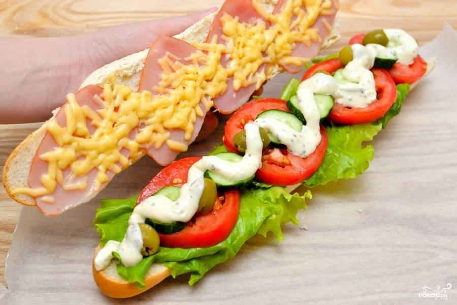 Смажьте нижнюю часть сэндвича, которая с овощами, майонезом и накройте верхней, с сыром и ветчиной.