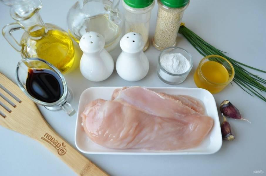Итак, подготовьте продукты. Вымойте куриное филе, обсушите, лишняя влага не нужна. Очистите чеснок. Приступим!