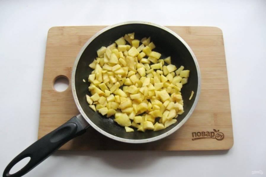 5. Тушите яблоки с маслом и сахаром, пока не испарится весь яблочный сок.