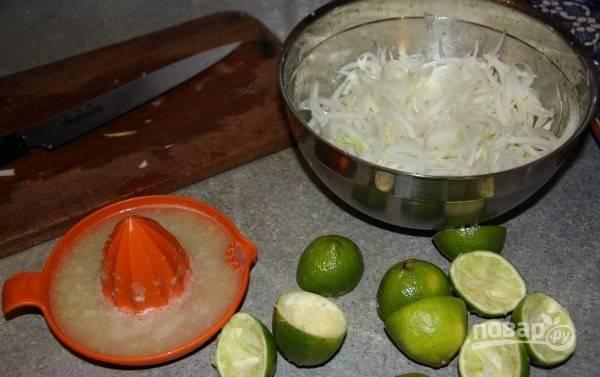Лук очистите и нашинкуйте полукольцами. Засыпьте его 3 ст. ложками соли. Оставьте мариноваться на 20 минут. Затем промойте его и отожмите. Добавьте 0,5 ч. ложки сахара и 1 ст. ложку сока лайма. Оставьте лук мариноваться на полчаса.