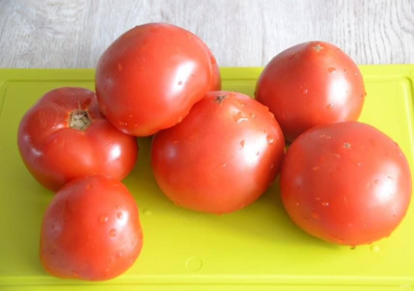 В рецепте применяется соус на основе пассаты. Для его приготовления помойте помидоры. Можно предварительно ошпарить помидоры, надрезав кожуру крестиком и снять ее, но можно оставить как есть.