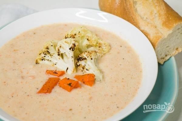 3. Часть бульона вместе с овощами отправьте в блендер, взбейте до однородности. После добавьте оставшийся бульон, перемешайте, доведите до кипения и сразу же подавайте к столу. Кстати, немного овощей можно оставить для украшения супа.  Приятного аппетита!
