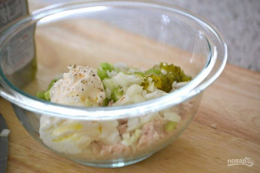 Складываем все в миску к тунцу, кладем майонез, ростки кресс-салата, солим и перчим по вкусу.