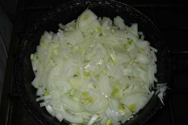 2. Обжариваем лук на растительном масле и в конце добавляем натертый чеснок.