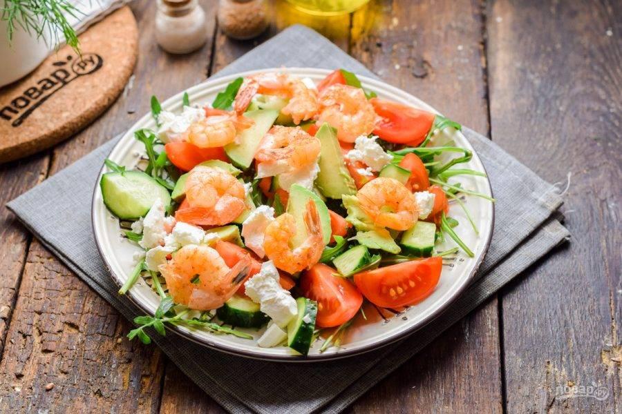 Добавьте в салат креветки, заправьте небольшим количеством масла, соли и перца. Подавайте салат к столу.