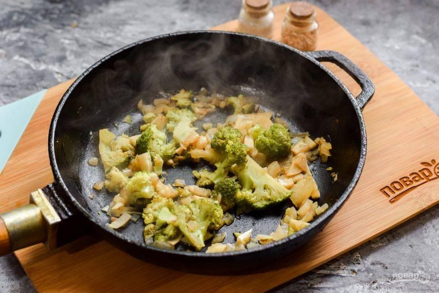 К тушеным овощам добавьте соль и перец по вкусу.