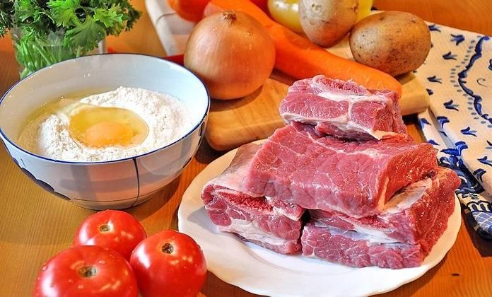 Промойте и обсушите баранину, затем порежьте на кусочки, примерно 4см, и обжарьте на растительном масле до румяной корочки. Из костей, ставим варится бульон, добавив пару перцев горошком и гвоздику. варить 1-1,5 часов.