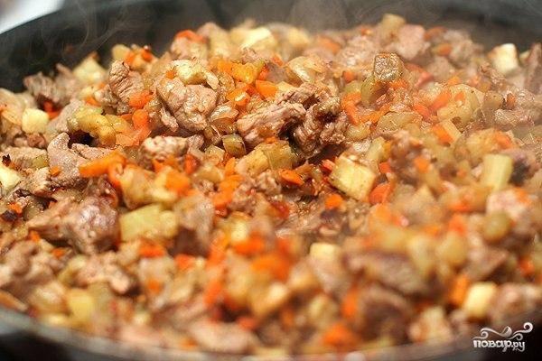 Хорошенько перемешиваем, тушим в собственном соку, пока мясо не будет полностью готово.
