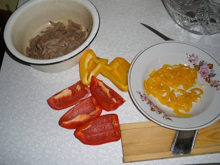 Пока готовится язык, займемся остальными ингредиентами. Болгарский перец режем на дольки, очищаем от семян ножом.