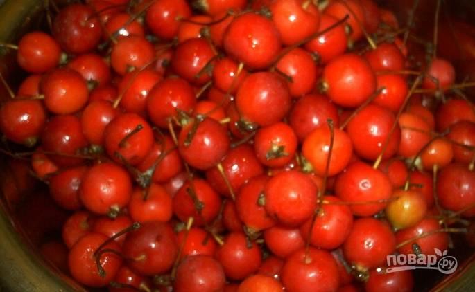 Яблоки хорошенько промойте. Лучше всего положить их в миску, залить холодной водой, промыть и несколько раз поменять воду. Затем плоды обсушите и немножко подравняйте их хвостики.