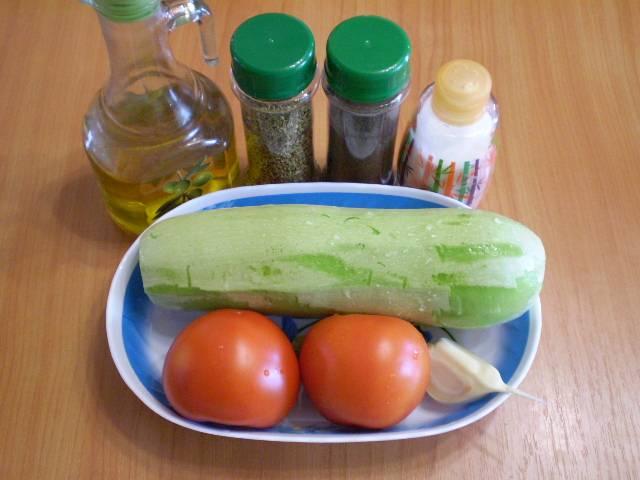 1. Приготовим продукты. Овощи тщательно вымойте, чеснок очистите.