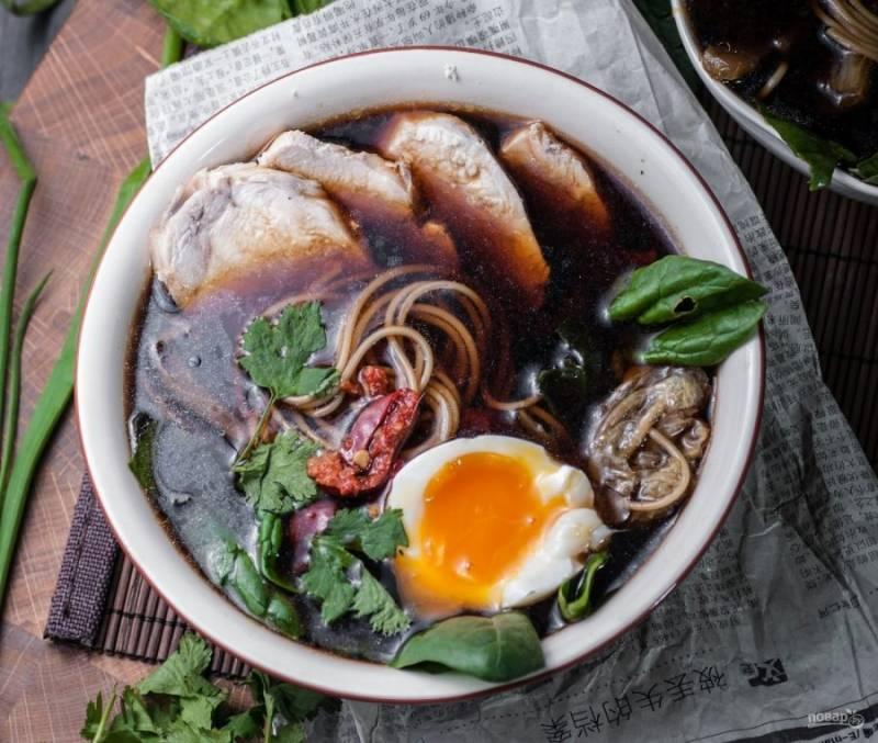 Сразу снимайте суп с огня, разливайте его по порциям. Отдельно отварите яйцо, чтобы остался жидкий желток. Добавьте по половинки яйца. Приятного аппетита!