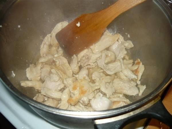 2. Курицу обжарить до золотистого цвета, периодически помешивая.