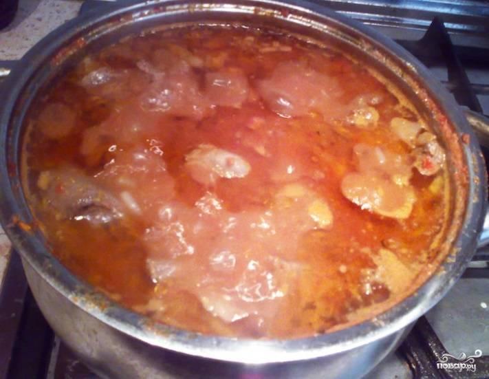 После этого переложите косулю вместе с луком в кастрюлю. Помидоры с морковью помойте, почистите, пропустите через блендер. Добавьте их в кастрюлю. Также влейте полстакана воды.