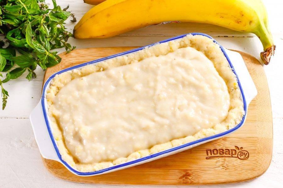 Выложите в середину формы на тесто крем и поместите заготовку в форму. Выпекайте пирог примерно 25-30 минут до румяности.