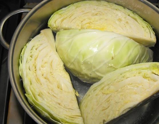 Капусту порежьте на крупные куски и проварите в соленой воде в течение 10 минут.