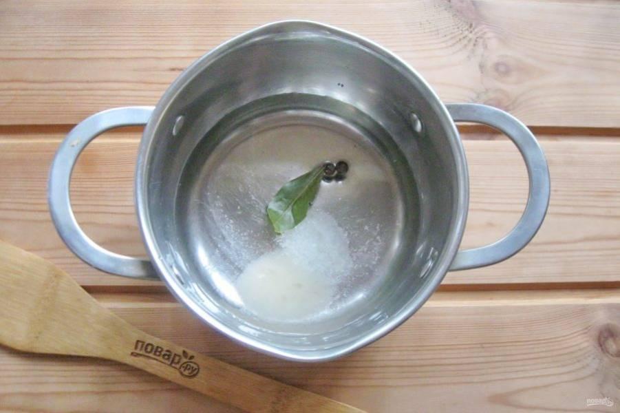 Насыпьте соль и сахар. Перемешайте все ингредиенты и поставьте кастрюлю на плиту. Доведите маринад до кипения и варите 2-3 минуты.
