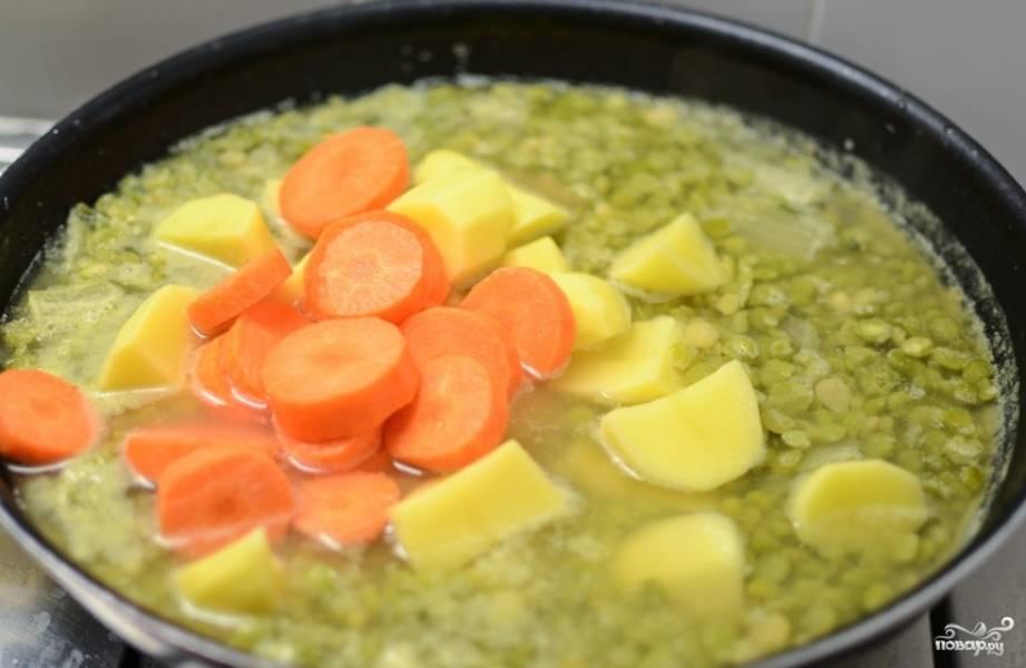 Через 30 минут добавьте картофель и морковь и варите еще полчаса.