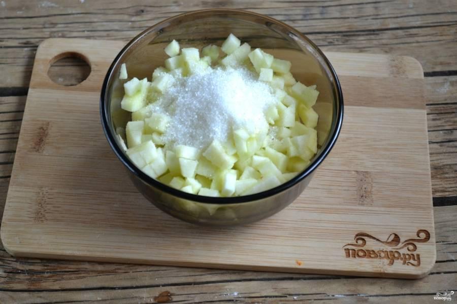 Яблоки порежьте мелкими кубиками, засыпьте сахаром и перемешайте. Чтобы яблоки не потемнели, сбрызните их чайной ложкой лимонного сока.