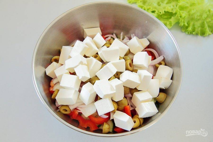 Фету нарежьте кубиками и добавьте к остальным ингредиентам. Заправьте салат лимонным соком и оливковым маслом. Добавьте соль и черный молотый перец по вкусу. Аккуратно перемешайте.