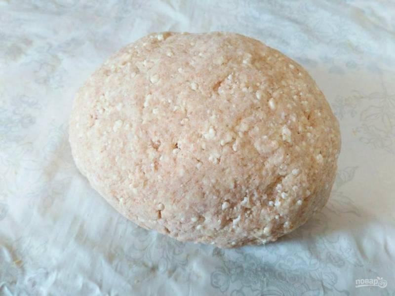 Замесите тесто, регулируя необходимое количество муки. Тесто для творожных пышек должно получиться мягким, слегка липнущим к рукам.