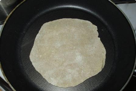 Разделяем тесто на 6-7 равных частей, каждую раскатываем в лепешку. Обжариваем на сухой сковороде с двух сторон.