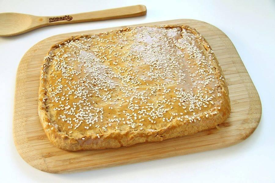 Пирог из свежей капусты в духовке готов. Даем ему немного остыть, после чего нарезаем и подаем к столу.