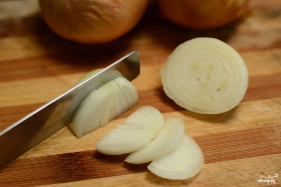Почистите и мелко нарубите лук.