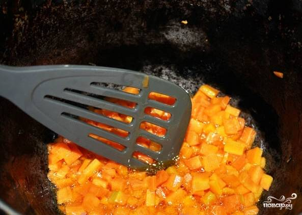 2. Затем разогреваем на сковороде растительное масло и обжариваем кубики.