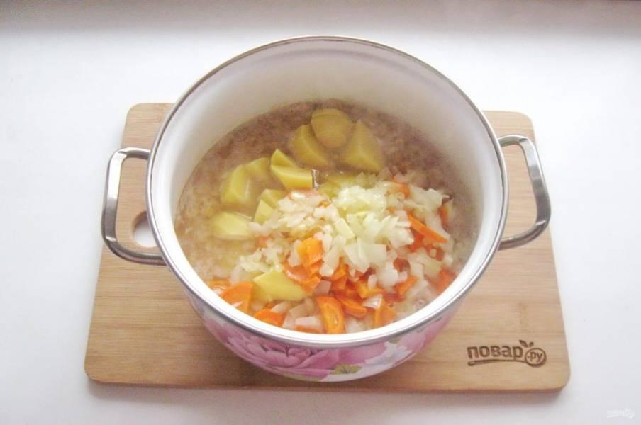 Добавьте лук с морковью. Суп посолите, поперчите и варите до готовности всех ингредиентов.