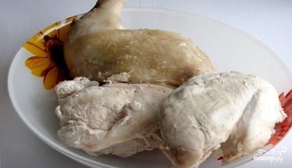 1. Возьмите мясо курицы. Снимите его с бедрышек и грудки. Отварите в подсоленной воде до готовности. Затем охладите его.