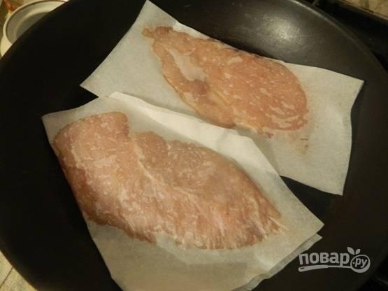То же самое делаем и со вторым филе. Отправляем оба филе на хорошо разогретую сухую сковороду. Жарим филе по 4-5 минут с каждой стороны. Нарезаем готовое филе на тонкие полоски.