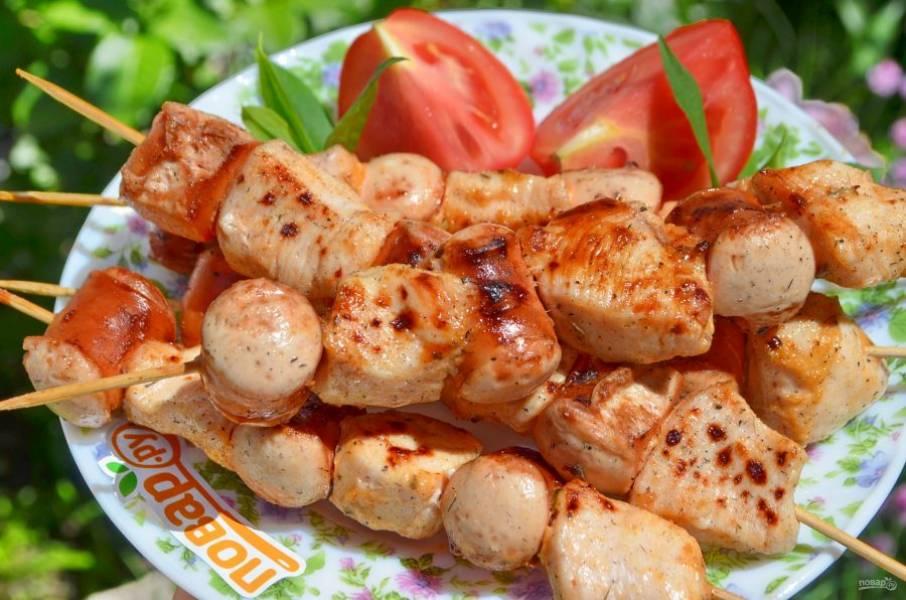 Готовы шашлычки подавайте горячими с любимыми соусами и свежими овощами. Приятного!