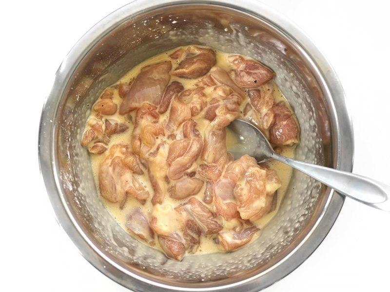 5.Положите кусочки курицы во взбитые яйца и перемешайте, чтобы все кусочки покрылись смесью.