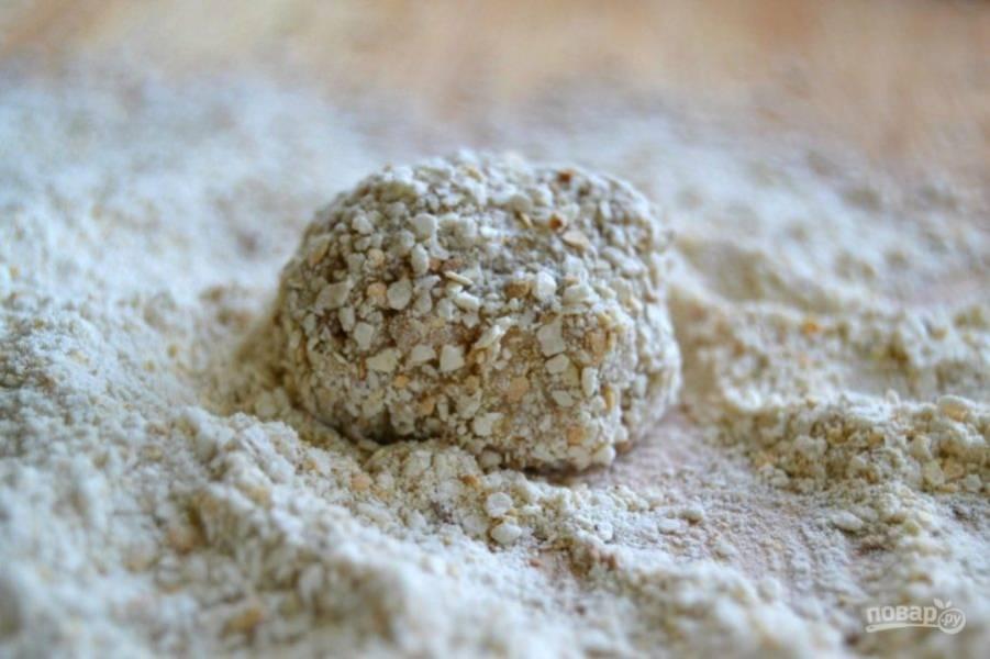 4.Сформируйте из полученной массы небольшие шарики. Высыпьте панировочные сухари на тарелку. Обмакните в панировочных сухарях полученные шарики.