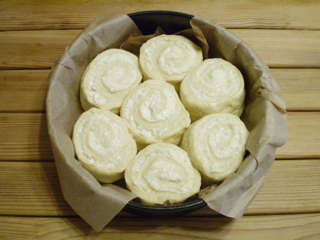 """Застелите форму для выпечки бумагой, смажьте растительным маслом. Выложите в форму кусочки рулета. Смажьте их белком, оставьте на 15 минут """"подходить""""."""