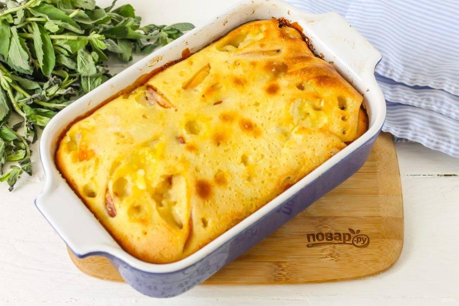 Спустя указанное время извлеките пирог из духовки и дайте ему слегка остыть. Нарежьте прямо в форме на порционные ломтики и подайте к столу.