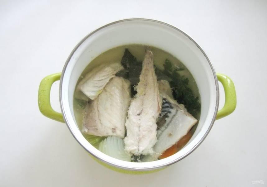 Доведите рыбу до кипения, снимите пену и варите на самом минимальном огне 20-25 минут.