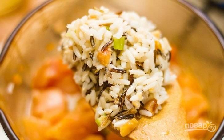 5. Выложите рис в кастрюлю, добавьте воду или бульон.