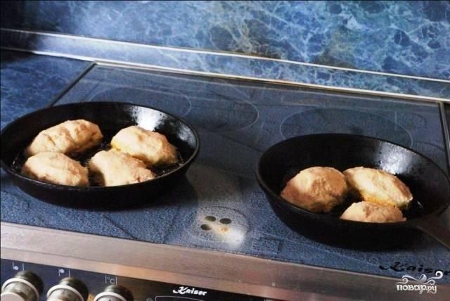 Получившиеся пирожки обжариваем на среднем огне в растительном масле. Примерно по 10 минут с каждой стороны.