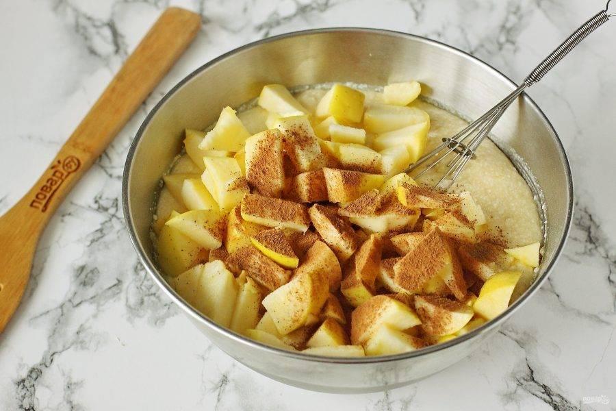 Перемешайте все до однородного состояния. Добавьте нарезанные кубиками яблоки и корицу по вкусу.